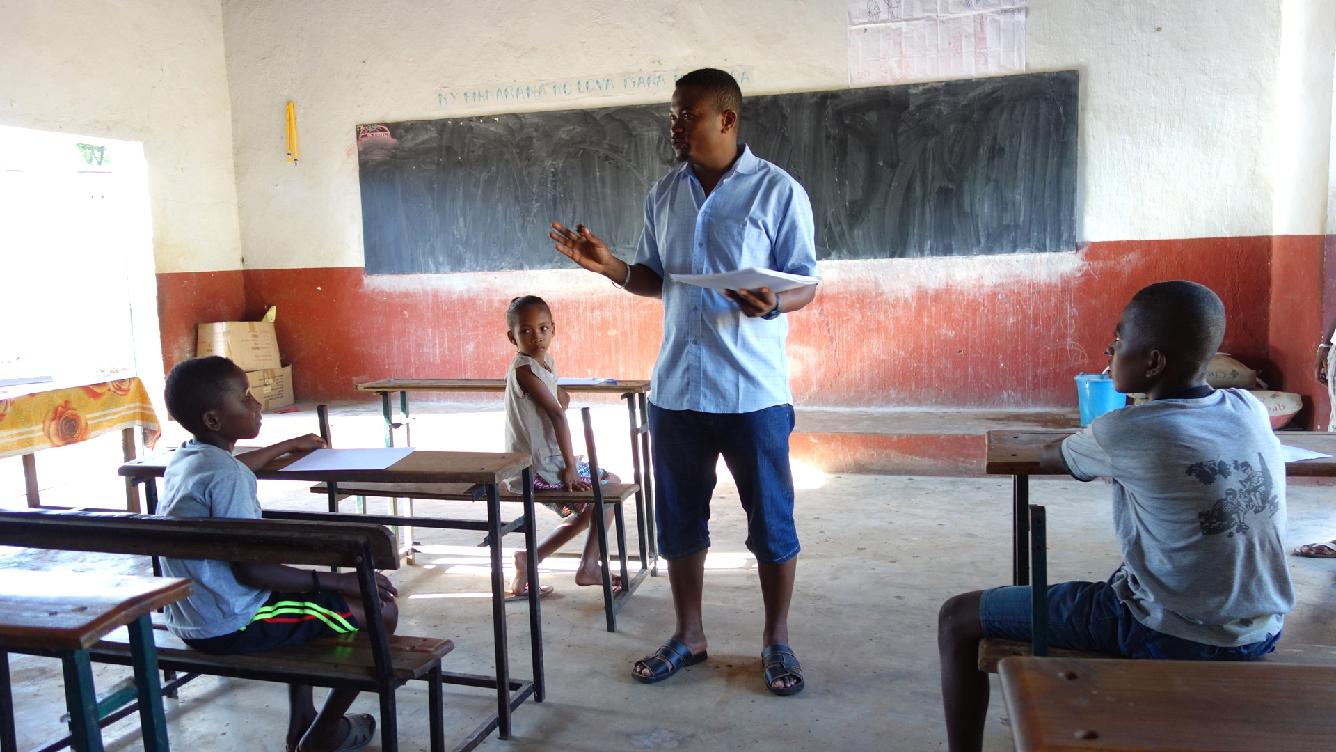 Mamy Razafitsalama teaching schoolchildren about conservation | © Planet Madagascar